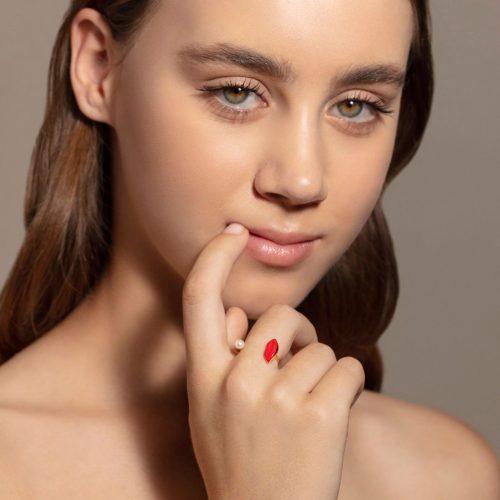 Delfina Delettrez - Anello aperto Lips Piercing in oro giallo, smalto e perla bianca Rosanna Cattolico gioielli