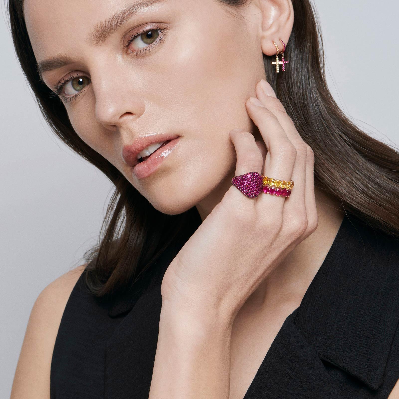Crivelli - Mono orecchino pendente croce in oro rosa e rubini