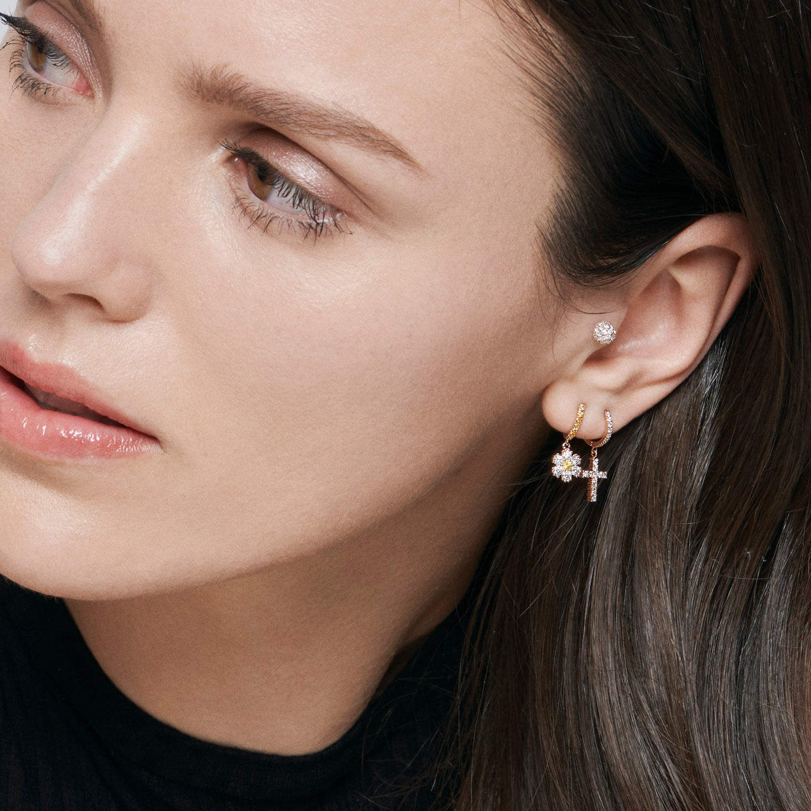 Rosanna Cattolico - Mono orecchino cerchio in oro rosa con fiore di diamanti e zaffiri gialli