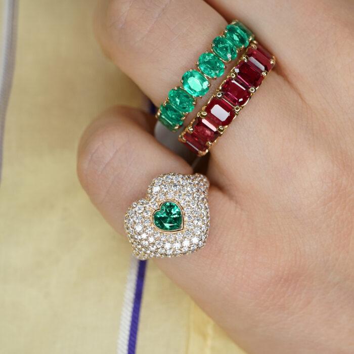 Crivelli - Anello chevalier in oro rosa, diamanti e smeraldo centrale taglio cuore