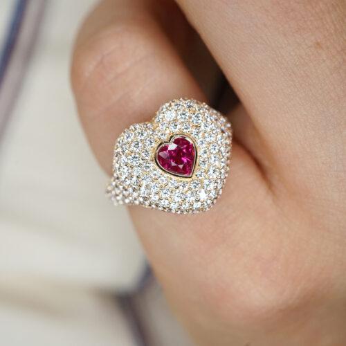 Crivelli - Anello chevalier in oro rosa, diamanti e rubino centrale taglio cuore
