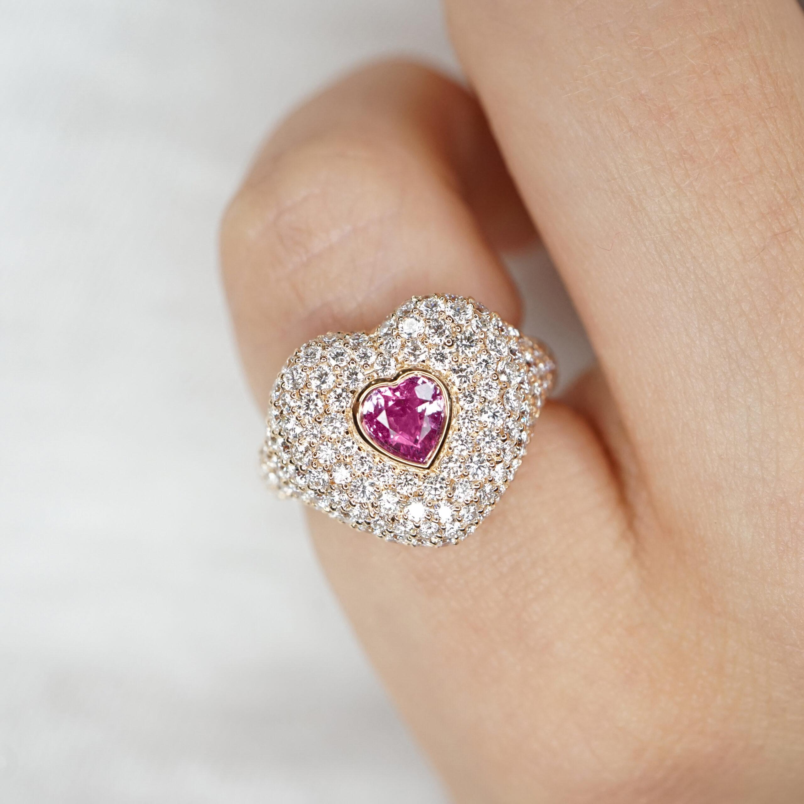 Crivelli - Anello chevalier in oro rosa, diamanti e zaffiro rosa centrale taglio cuore