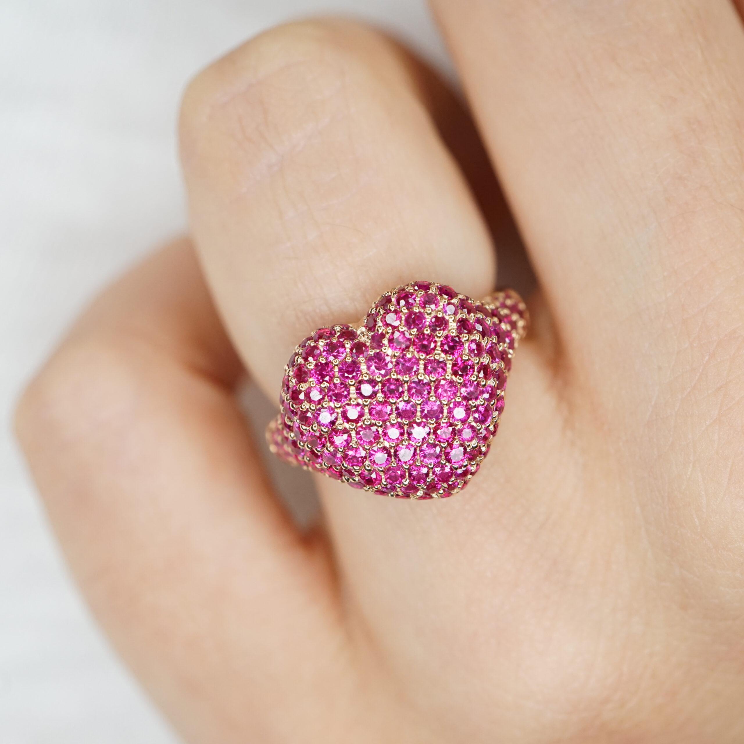 Crivelli - Anello chevalier in oro rosa con cuore di pavè in rubini