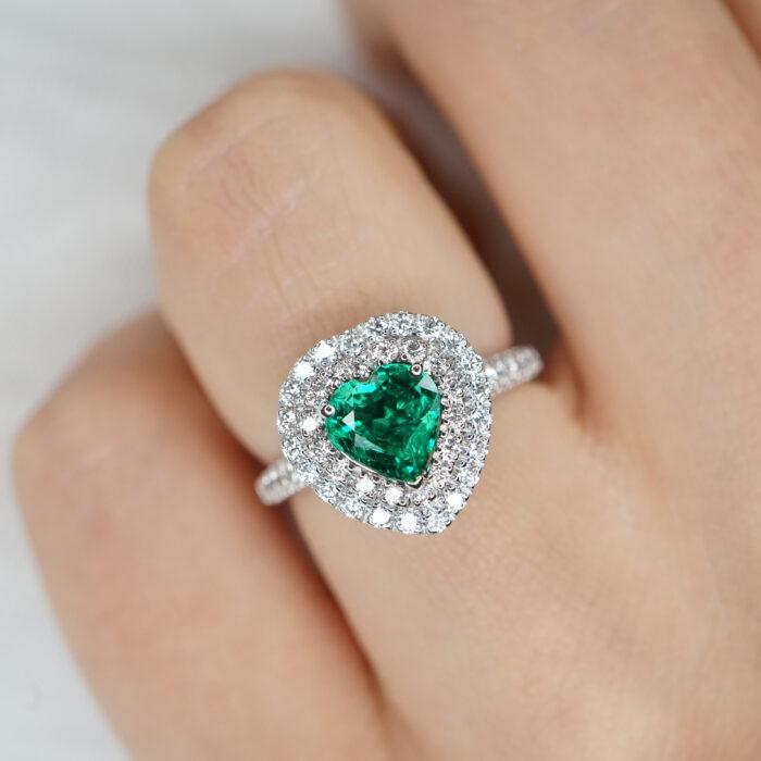 Crivelli - Anello fedina in oro bianco e diamanti con smeraldo centrale taglio cuore in doppio giro di diamanti