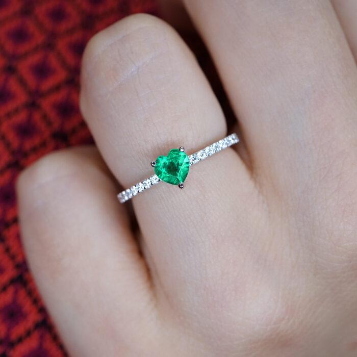 Crivelli - Anello fedina in oro bianco e diamanti con smeraldo centrale taglio cuore