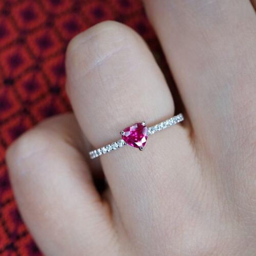 Crivelli - Anello fedina in oro bianco e diamanti con rubino centrale taglio cuore