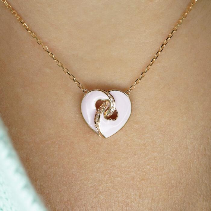 """Crivelli - Girocollo, modello """"Abbraccio"""" della collezione Ora Più Che Mai, in oro rosa con cuore smaltato e diamanti"""