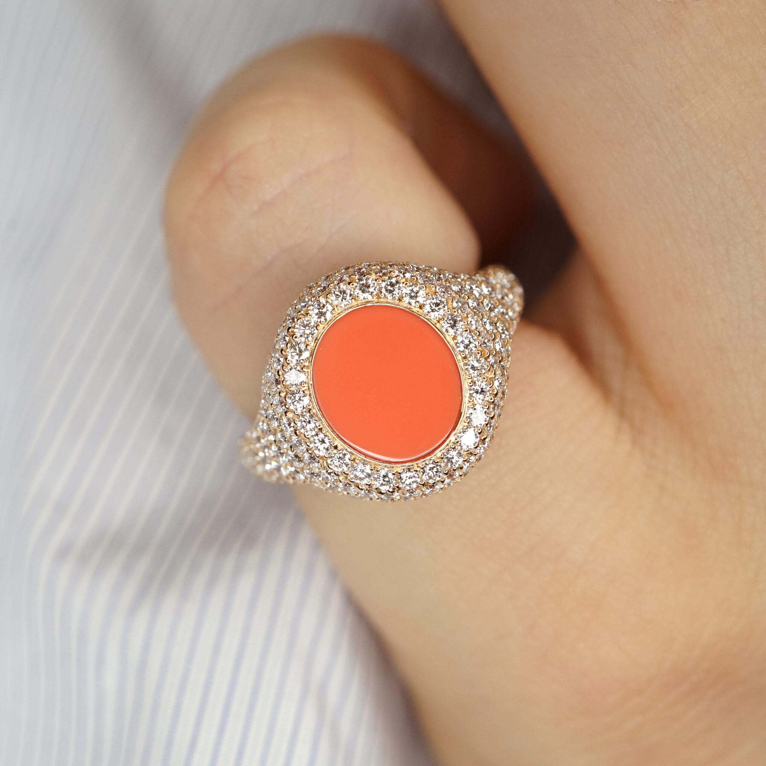 Crivelli - Anello chevalier in oro rosa, diamanti e corallo ovale centrale