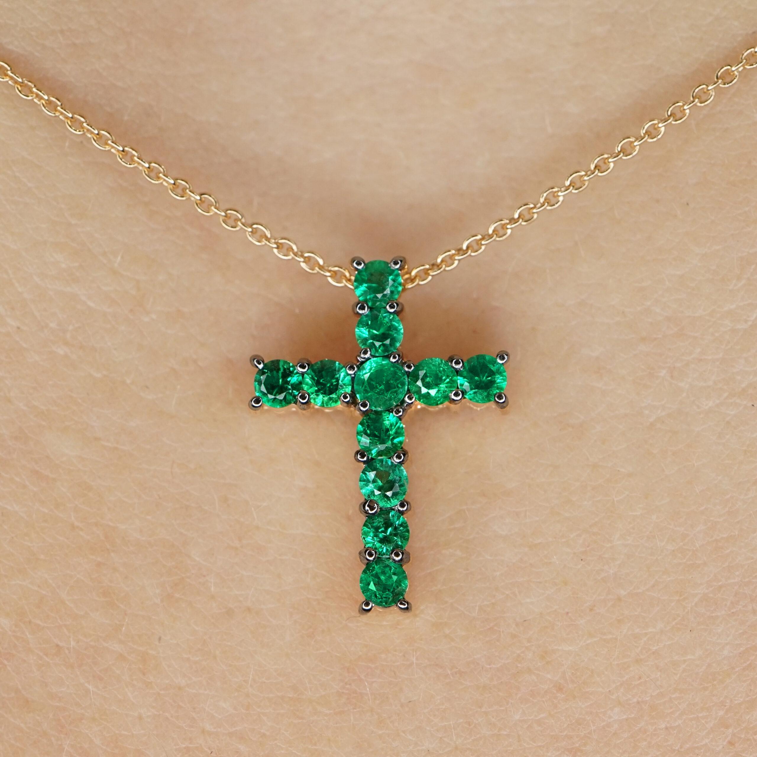 Crivelli - Collana in oro rosa con croce di smeraldi