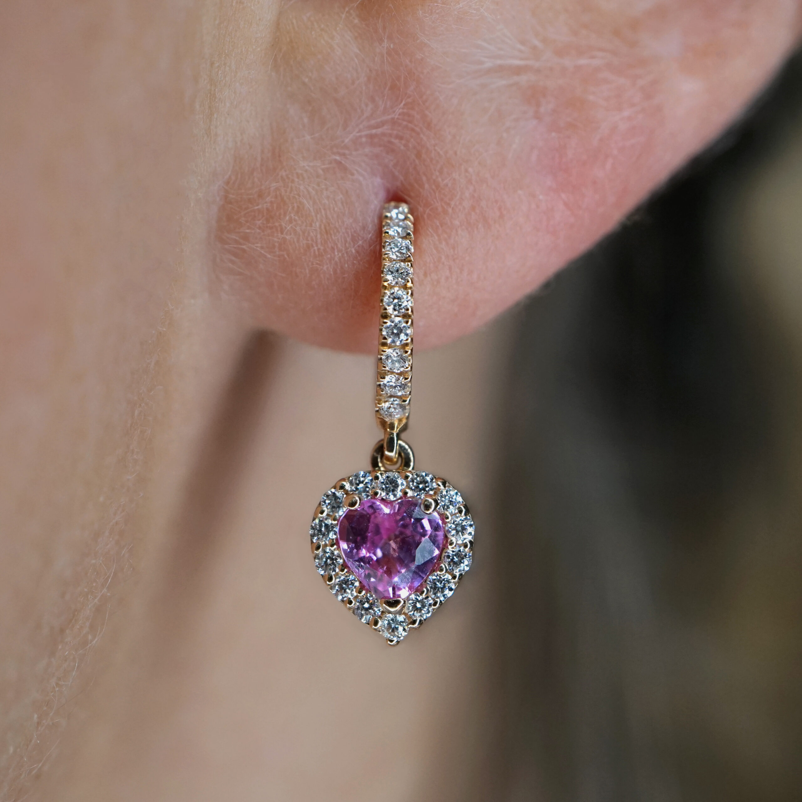 Rosanna Cattolico - Mono Orecchino cerchietto in oro rosa e diamanti con zaffiro rosa pendente taglio cuore